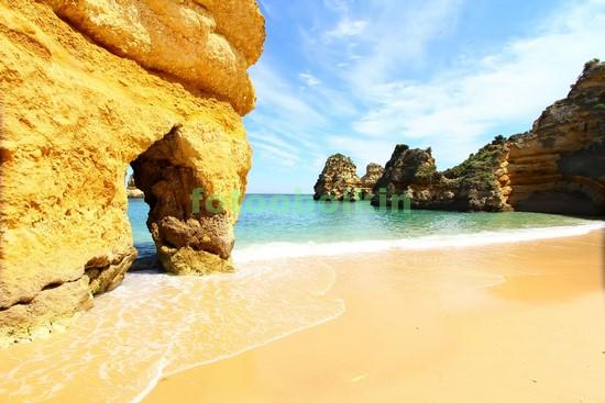 Скала и белый пляж