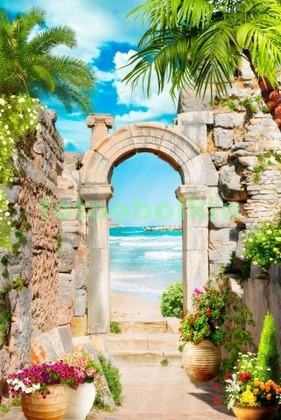 Арка у берега синего моря