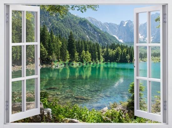 Окно с видом на горное озеро