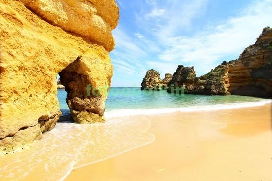 Пляж со скалами