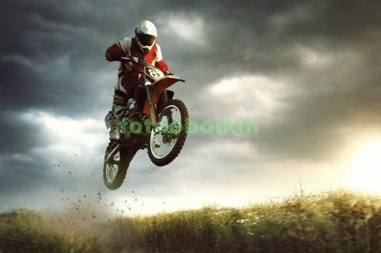 Мотоциклист в прыжке