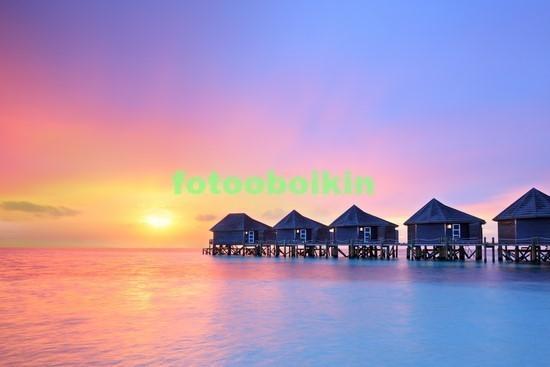 Закат в море с бунгало