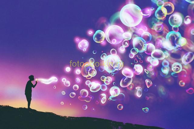 Мальчик и мыльные пузыри