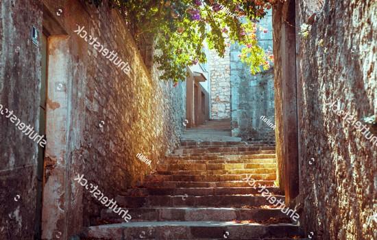 Вид на лестницу с голубой дверью