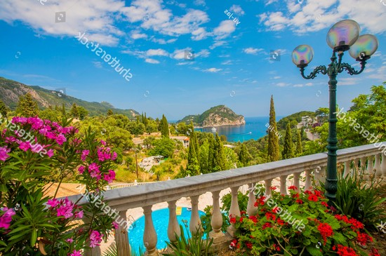 Балкон с видом на бирюзовое море и бассейн