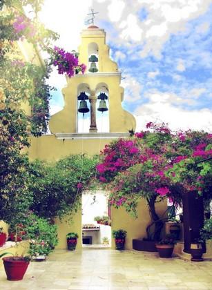 Церковь с фиолетовыми цветами