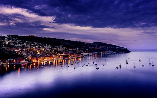 Ночной город в фиолетовых оттенках