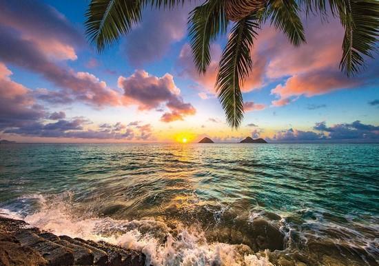 Вид на море и разноцветное небо