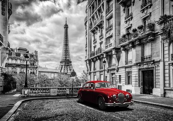 Красная машина в Париже