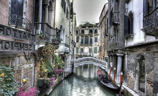 Канал в Венеции в тумане