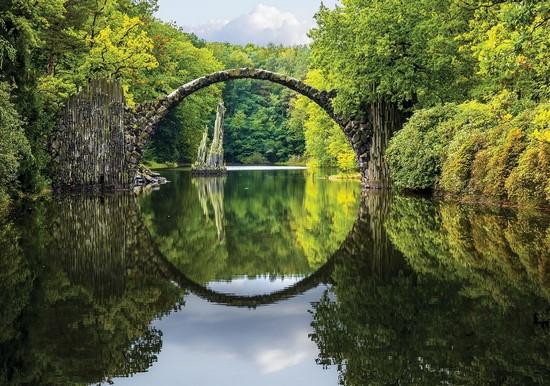 Озеро с видом на мост