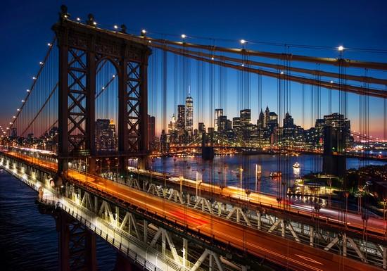 Ночной мост освещенный фонарями