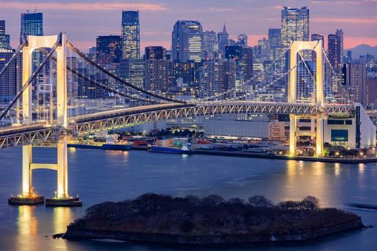 Ночной мост в Нью-Йорке. Вид с горы.