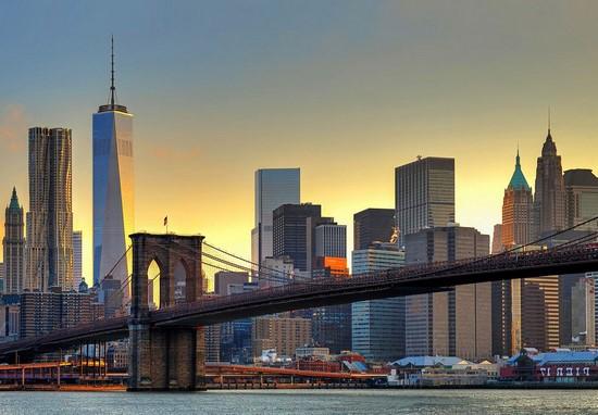 Мост на фоне небоскребов