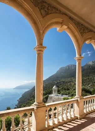 Фотообои Вид на гору из арки
