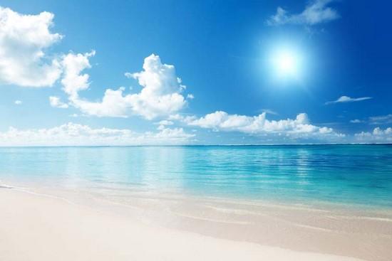 Синее небо и спокойное голубое море