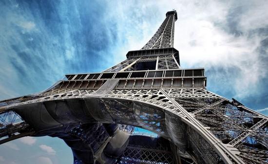 Фотообои Вид вверх Эйфелевой башни