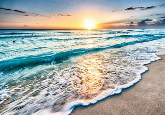 Прилив бирюзовой воды на закате