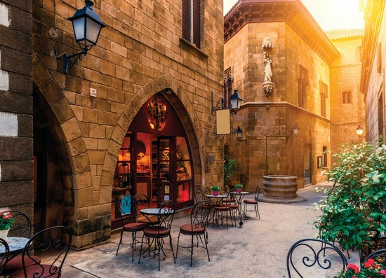 Улочка с рестораном и зеленым кустом