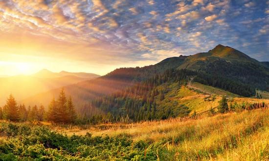 Восход солнца на холмах