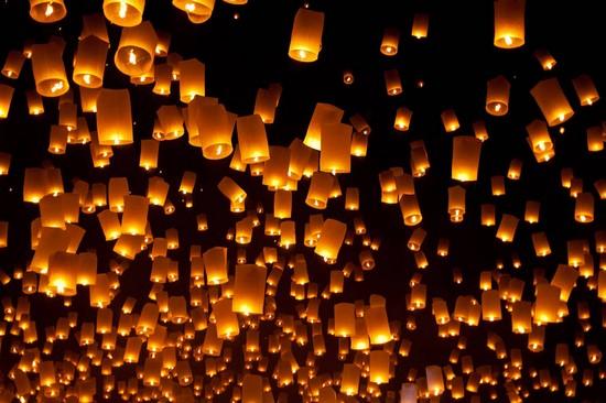 Ночные фонарики на черном небе