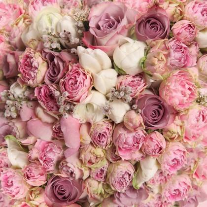 Розы и белые тюльпаны