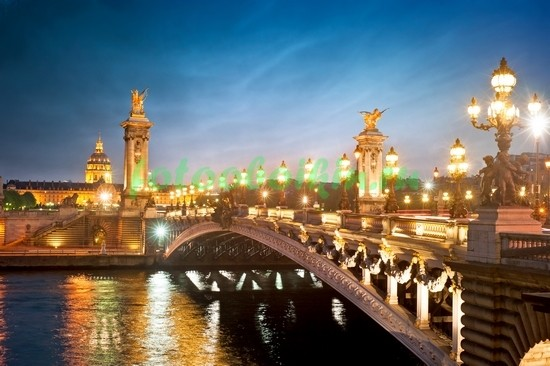 Мост в огнях в Париже