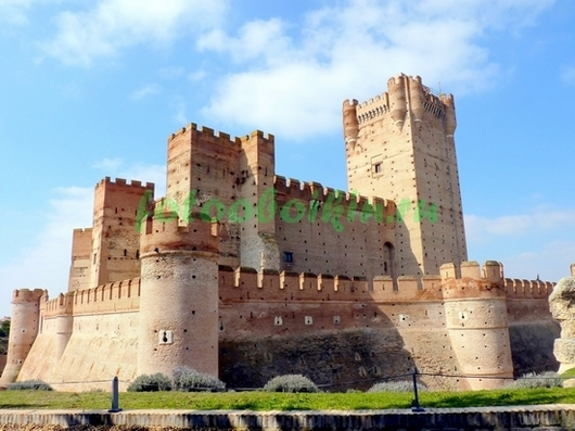 Замок на фоне неба