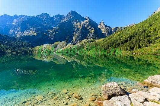 Озеро рядом с горами