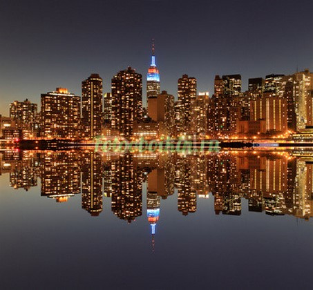 Отражение города в воде