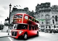 Красный автобус на площади