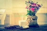 Кофе с букетом на столе