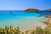 Голубая бухта с видом на остров
