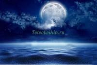 Луна в облаках над морем