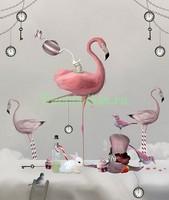 Розовый фламинго на светлом фоне