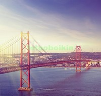 Красный мост через реку