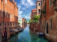 Канал в Венеции с голубой водой