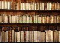 Полки с старыми книгами