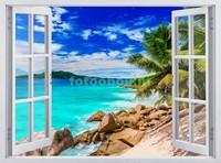 Окно с видом на каменистый пляж