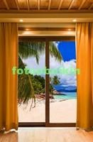 Стеклянные двери с видом на пляж