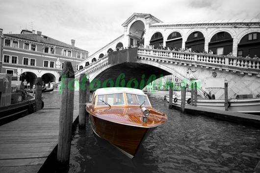 Красный катер в Венеции