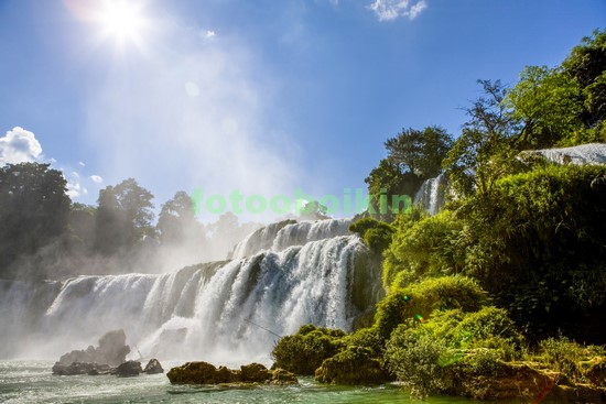 Водопад в солнецный день