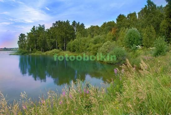 Озеро с голубой водой в лесу