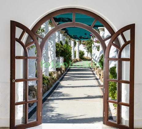 Двери с видом на улочку