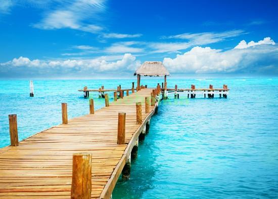 Пирс в голубом море