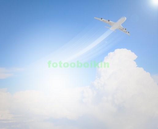 Самолет в чистом небе