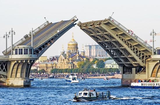 Разведенный мост днем