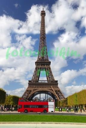 Красный автобус перед Эйфелевой башней
