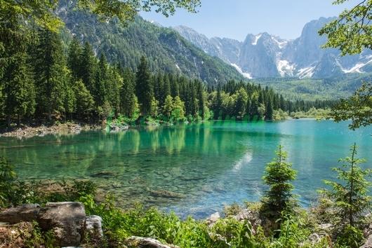 Чистое горное озеро