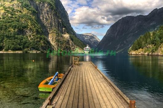 Маленький причал на озере